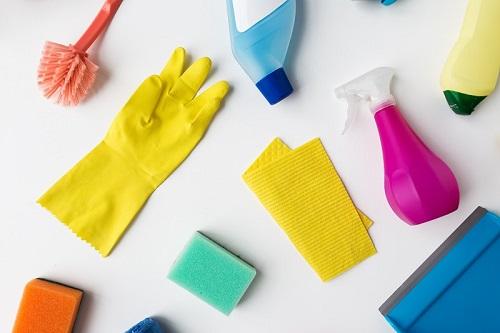 חמש דרכים לנקות את משטח השיש במטבח ועוד שתי דרכים להרוס אותו